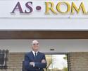 Antes de lançamento de documentário, Falcão visita CT do Roma e posa com Totti