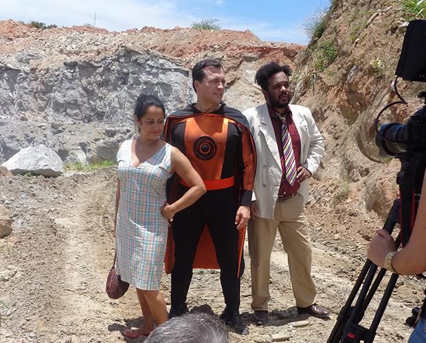 Sob sol forte atores gravaram em pedreira no Rio de Janeiro (Foto: Patricia Silva / Gshow)