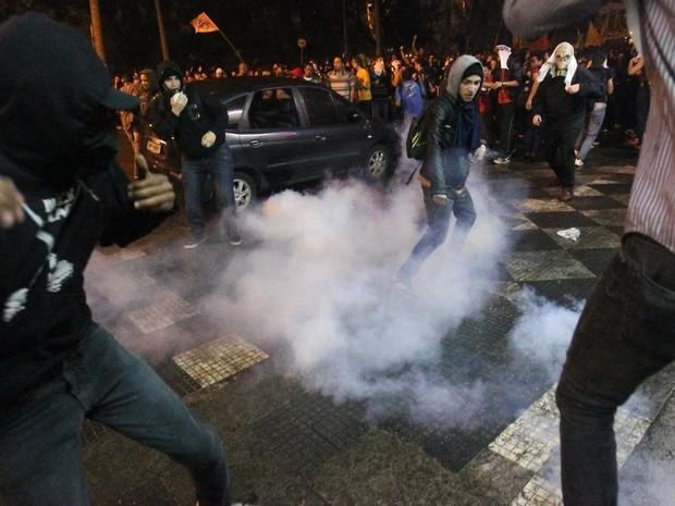 A PM joga bombas contra manifestantes do Movimento Passe Livre na Praça da Sé, na região central de São Paulo, para tentar dispersar a multidão. (Foto: Daniel Teixeira/Estadão Conteúdo)