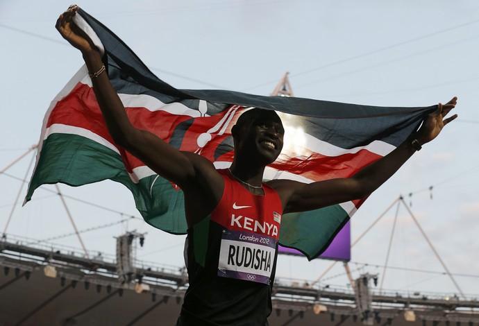 Da tribo massai para o mundo, Rudisha exibe bandeira do Quênia no Estádio Olímpico (Foto: Reuters)