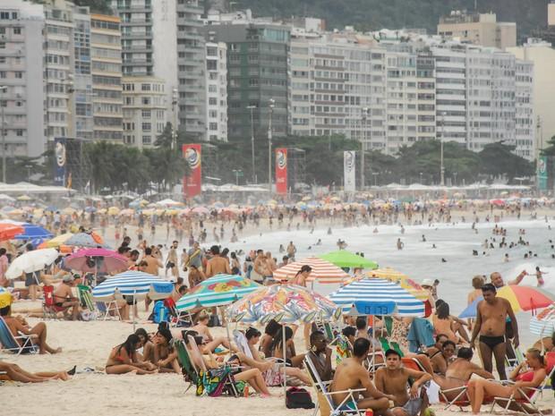 Movimentação de banhistas na praia de Copacabana, na zona sul do Rio de Janeiro. A sensação térmica registrada por volta das 10h30 foi de 38,6ºC. O Instituto Nacional de Metereologia prevê que a sensação térmica chegue em 50ºC nesta tarde (Foto: Marcus Victorio/Brazil Photo Press/Estadão Conteúdo)