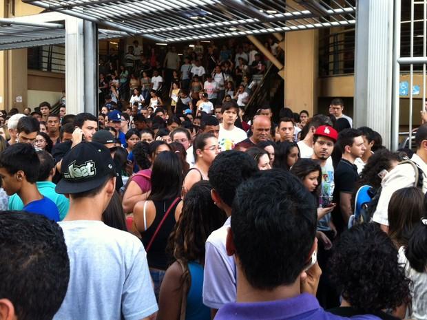 SÁBADO (26): São Paulo (SP) - Candidatos saem em massa da prova do Enem na Uninove Barra Funda (Foto: Letícia Macedo/G1)
