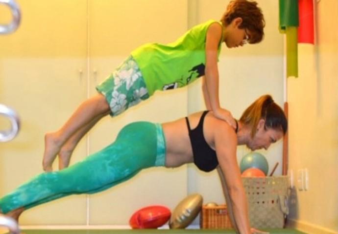 Xande Valois acompanha a mãe no pilates (Foto: Arquivo pessoal)