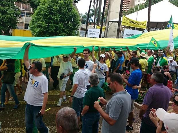Manifestantes dão volta em praça de Rio Preto durante protesto (Foto: Renata Fernandes/G1)