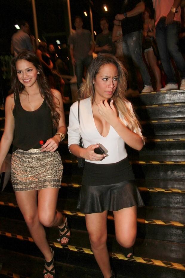 Bruna Marquezine e Rafaella Santos  em show de Anitta (Foto: Isac Luz / EGO)