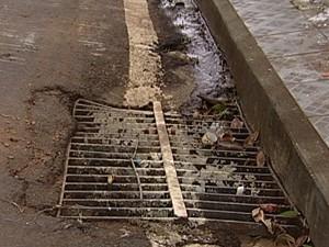 Falta de bocas de lobo é um dos problemas do saneamento (Foto: Reprodução / TV Integração)