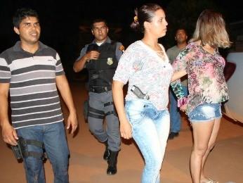 Mulher de suspeito de tráfico de drogas também foi presa (Foto: Ubiratã 24 Horas)
