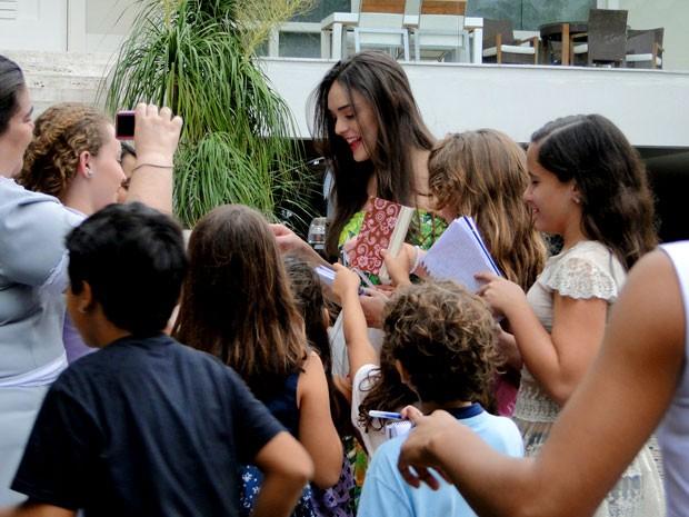 Cida faz a alegria dos fãs (Foto: Cheias de Charme / TV Globo)