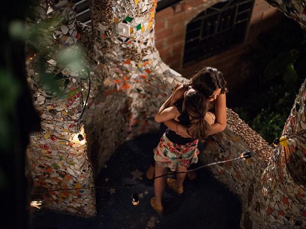 Com a decisão tomada, Mari e Danda se abrançam animadas para viverem o sonho americano (Foto: Fabiano Battaglin/Gshow)