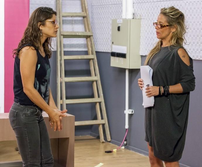 Danielle Winits mostra tatuagem em detalhe do vestido. A atriz ensaiou cena ao lado de Priscila Fantin. Tomara que Caia (Foto: Artur Meninea/Gshow)