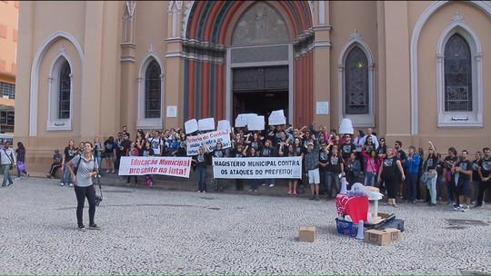 Professores municipais protestam na abertura das comemorações do aniversário de Curitiba