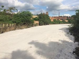 Espuma branca cobre o rio Tietê no trecho de Salto (Foto: Malu Ribeiro / SOS Mata Atlântica)