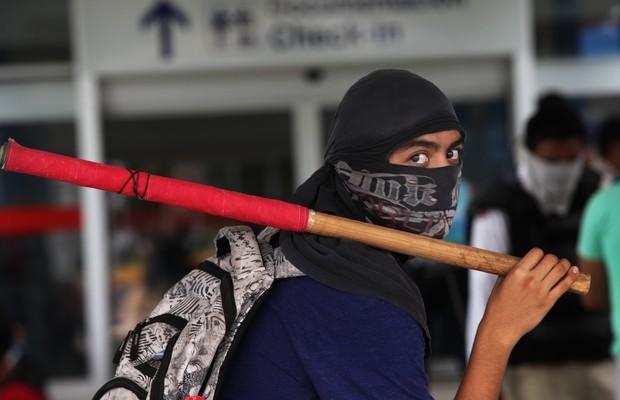 Mascarados, manifestantes mexicanos participam de protesto após o sumiço de 43 estudantes no México (Foto: Marco Ugarte/AP)