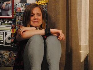 Dia da depressão: a garota se acaba de tanto chorar (Foto: Malhação / Tv Globo)
