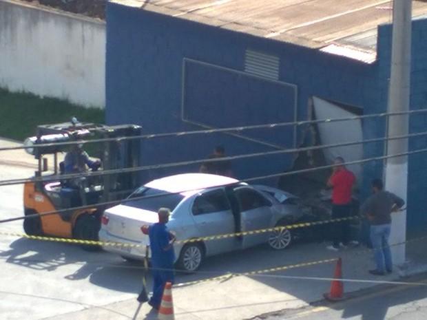 Carro bate em muro de fábrica em Barra Mansa (Foto: Guilherme Rangel/Arquivo Pessoal)