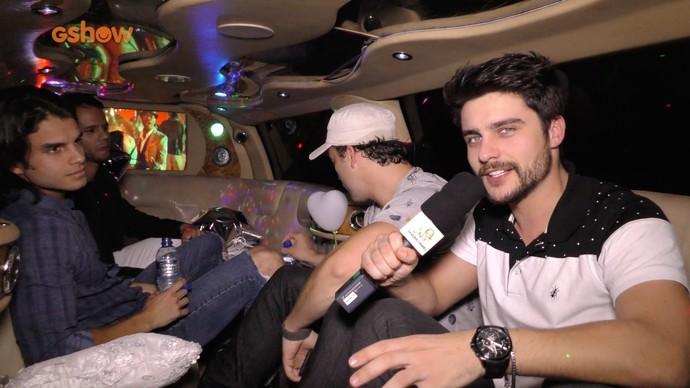 Curtição na limusine dos amigos Guilherme Leicam, Rodrigo Andrade e Daniel Blanco (Foto: Gshow)