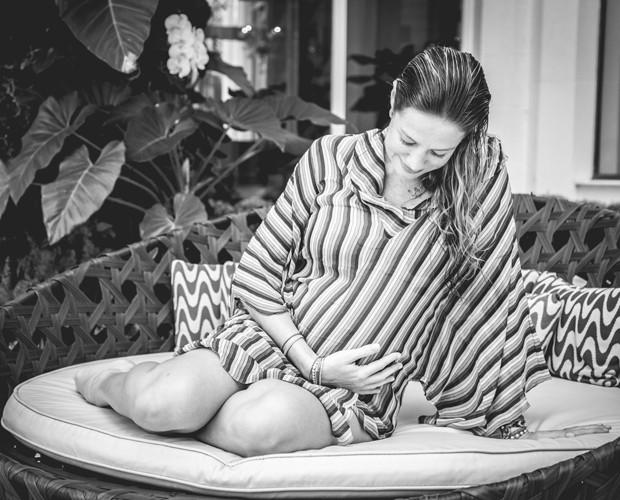 Luana é só alegria com o barrigão de cinco meses de Bem e Liz (Foto: Fabiano Battaglin/Gshow)