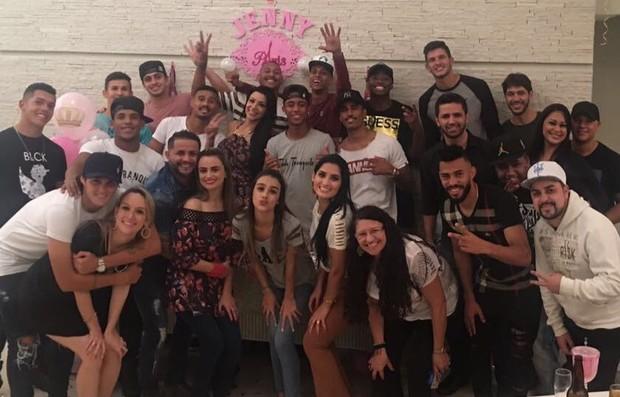 Os jogadores do Paraná foram em peso ao noivado de Jenny Miranda e Artur Jesus (Foto: Arquivo pessoal)