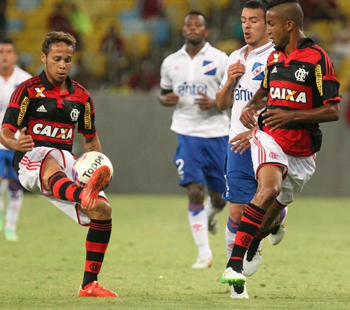 Douglas Baggio, com a bola, e Jorge subiram para defender o Fla na despedida de Léo (Foto: Gilvan de Souza/Fla Imagem)