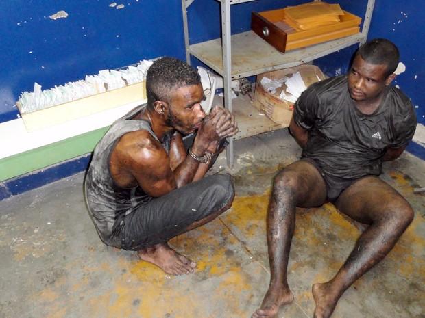 Rafael Silva e Souza (agachado) e Rogério Fernando Cunha de Abreu, dois dos quatro detentos recapturados depois da fuga do Complexo de Gericinó, em Bangu, na Zona Oeste do Rio (Foto: Divulgação/Seap)