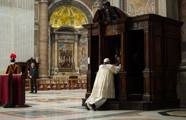 Imagem do jornal 'L' Osservatore Romano' mostra o Papa Francisco se confessando (Foto: AP)