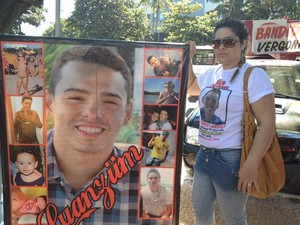 Mãe do jovem morto na Pecuária de Goiânia também esteve na Praça Cívica (Foto: Fernanda Borges/G1)