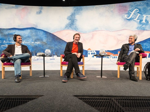 O mediador Ivan Marsiglia e os debatedores Misha Glenny e Caco Barcellos em mesa do segundo dia da Flip 2016 (Foto: Walter Craveiro/Flip)