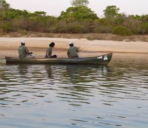 Biólogos do Instituto Araguaia pesquisam conservação dos peixes da bacia do rio Araguaia, no Tocantins (Foto: Silvana Campelo)