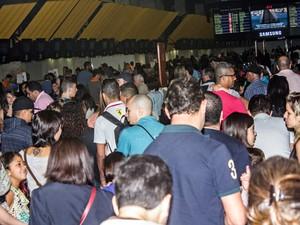 Pessoas fazem fila no Aeroporto de Congonhas na manhã deste domingo (8) (Foto: Marco Ambrósio/Frame/Frame/Estadão Conteúdo)