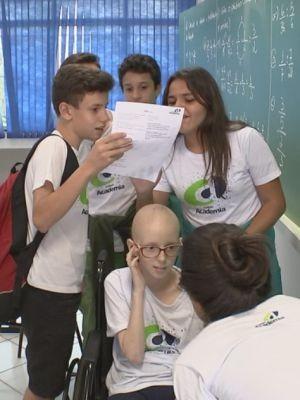 Amigos na escola estão orgulhosos do sucesso da Lorena  (Foto: Gabriel Torres/ TV TEM)