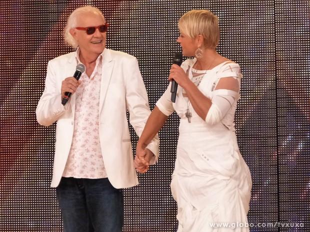 Xuxa leva Ney Latorraca até o palco do TV Xuxa (Foto: TV Xuxa / TV Globo)