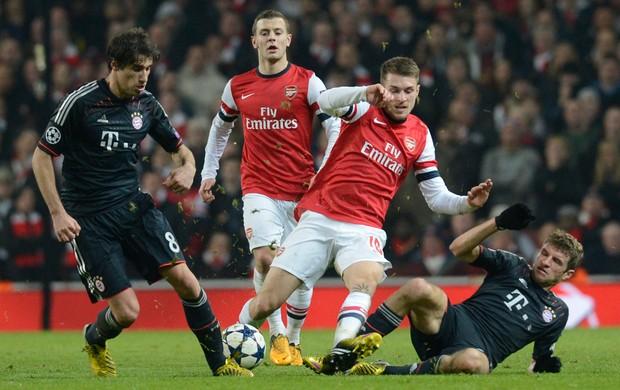 Aaron Ramsey Thomas Muller Javi Martinez, Arsenal x Bayern de Munique (Foto: AFP)