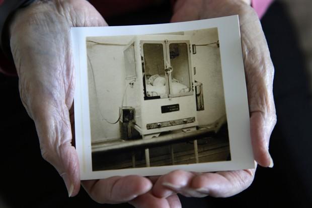 Beth Allen em uma incubadora do dr. Martin Couney na exposição de Coney Island, Nova York, em 1941  (Foto: Mel Evans/ AP)