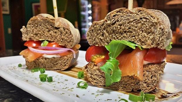 Salmão wit: receita de sanduíche tem peixe marinado na cerveja (Foto: Divulgação)