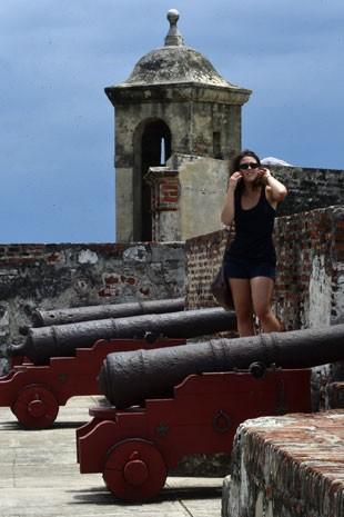 Turistas ao lado de canhões do castelo de San Felipe, em Cartagena (Foto: Luis Acosta/AFP)