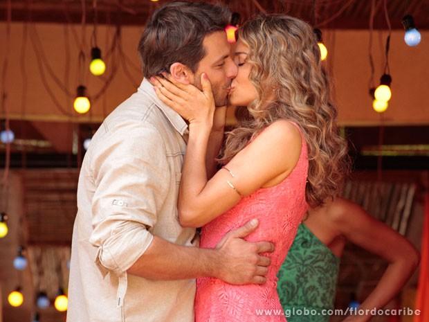 Ester não se deixa abalar e mostra que Cassiano já tem dona (Foto: Flor do Caribe / TV Globo)