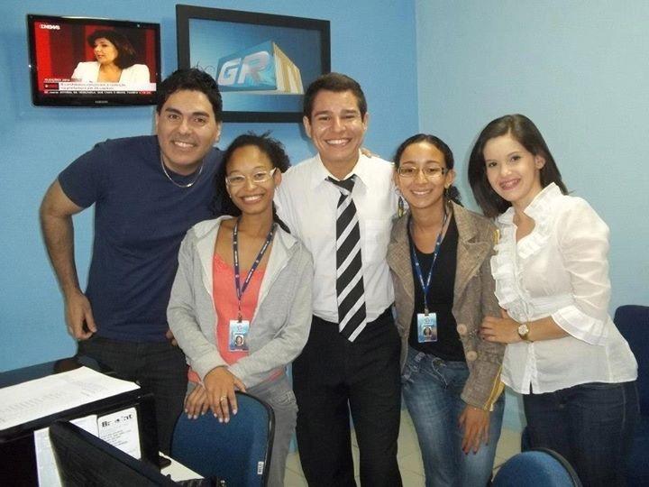 Samuel Britto e a equipe de jornalismo na redação.  (Foto: Arquivo pessoal)