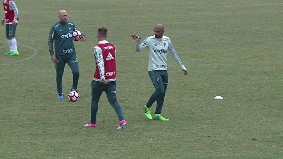 Róger Guedes e Felipe Melo  discutiram durante o treino de terça-feira, em Montevidéu (Foto: Reprodução/TV Globo)