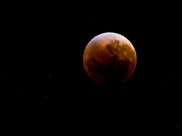 Lua de Sangue avistada da capital alagoana (Foto: Jonathan Lins/G1)