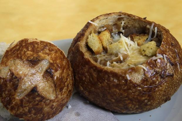Sopa de cebola servida no pão em bistrô francês deverá aparecer no cardápio com um símbolo indicando que o prato tem mais sal do que a quantidade diária recomendada; Nova York foi a primeira cidade americana a adotar regra  (Foto: AP Photo/Mary Altaffer)