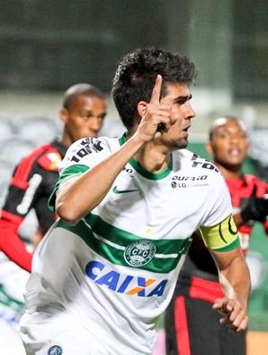 Leandro Almeida marca para o Coritiba contra o Flamengo