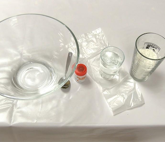 Tinta Holi: separe tigela, colher, corante, água, amido de milho e um plástico (Foto: Gshow)