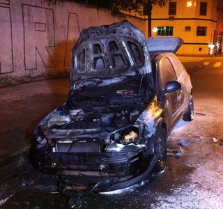 Santos x São Paulo carro queimado (Foto: Renan Fiuza/TV Tribuna)