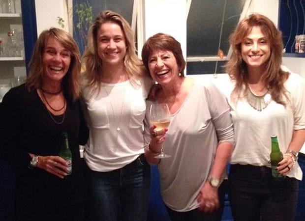 Martha Machado, Fernanda Gentil, Priscila Montandon e sua mãe (Foto: Reprodução)