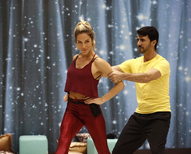 Giovanna com o professor Rogério Mendonça (Foto: Inácio Moraes/ TV Globo)