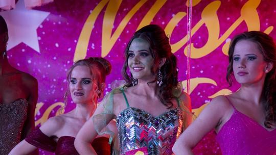 Cassandra quer virar miss enquanto Dorinha apronta pra chamar atenção de Zé Pedro