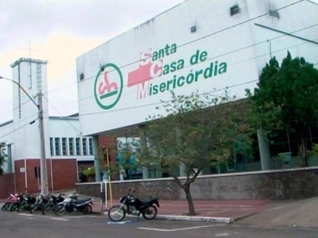 Paciente de 19 anos está internado na Santa Casa de Santana do Livramento (Foto: Reprodução/RBS TV)