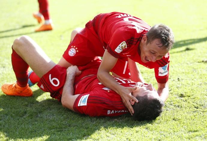 Rafinha comemora com Lewandowski (Foto: Reuters)