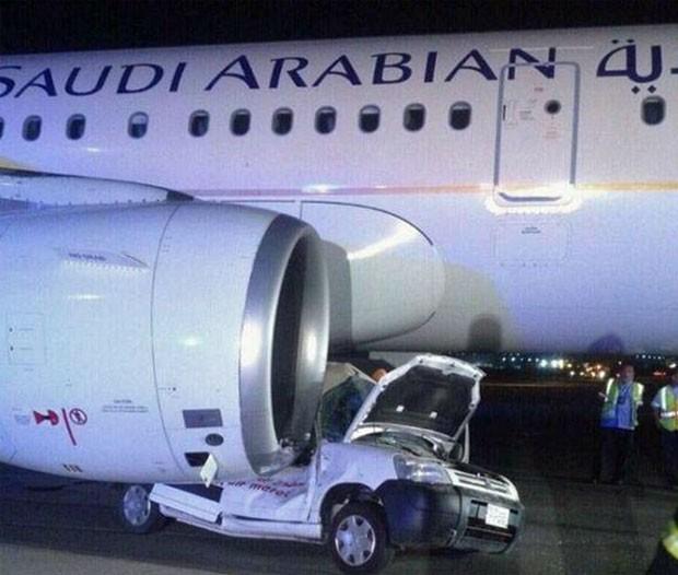 Carro de serviço colidiu com o avião (Foto: Reprodução/Twitter/aleqtisadiah)