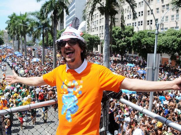 Pedro Luís posa para foto sobre o trio elétrico do Monobloco (Foto: Alexandre Durão/G1)